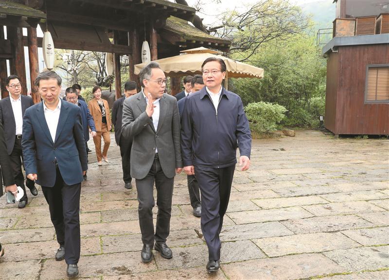 市委书记黄钦在滨湖区实地调研经济社会发展情况