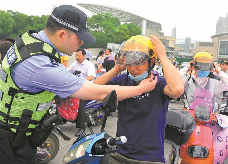 """市文明办、市公安局在大剧院广场联合举办""""戴头盔"""