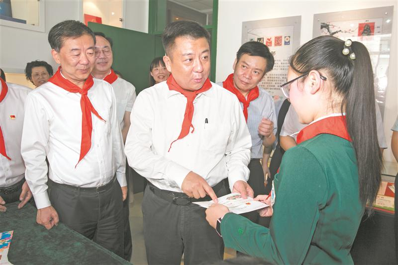 市长杜小刚为小朋友们送上亲切的问候和节日的祝福