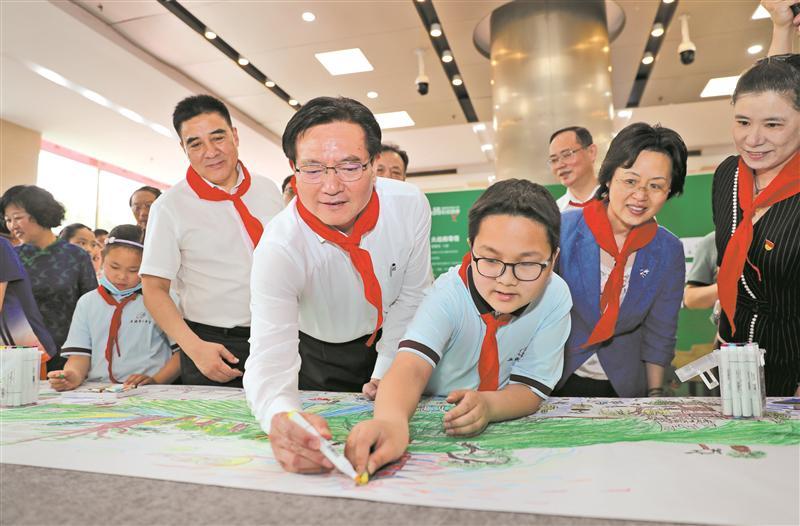 市委书记黄钦向全市少年儿童送上节日祝福