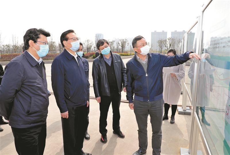 市委书记黄钦实地考察了解江阴经济社会发展情况